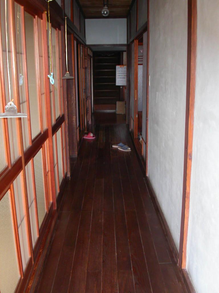 玄関より廊下
